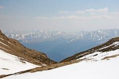 Valle profonda dalla vista delle alte montagne Fotografie Stock