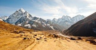 Valle profundo en las montañas de Himalaya Fotografía de archivo libre de regalías