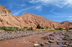 Valle Quitor góry w San Pedro De Atacama i rzeka zdjęcie royalty free