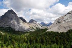 valle rocciosa delle montagne fotografie stock