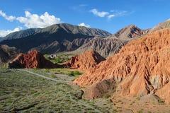 Valle rojo de la montaña en Quebrada de Humahuaca Foto de archivo libre de regalías
