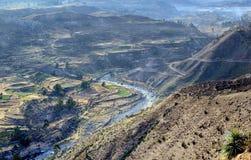 Valle sacra con i campi di grano coltivati Immagini Stock Libere da Diritti