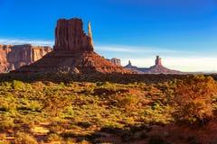 Valle sotto il cielo blu, Arizona del monumento Fotografia Stock