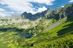 Valle stupefacente in montagne di Tatra con il lago in Polonia Fotografia Stock