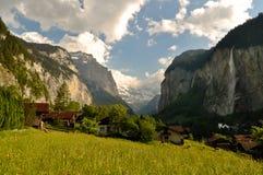 Valle svizzera delle alpi, paesaggio scenico Immagine Stock