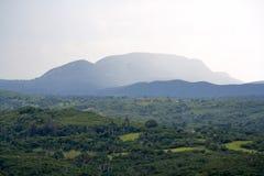 Valle tropical con las altas montañas Imagen de archivo libre de regalías