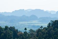 Valle tropical verde con los bosques y los pueblos. Al sur de Thaila Fotos de archivo libres de regalías