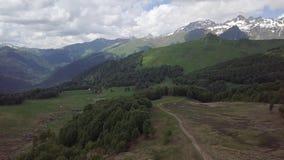 Valle verde con los caminos, piedras, corrientes en las montañas de Abjasia foto de archivo