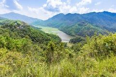 Valle verde de Begnas y del pequeño lago en fondo imagen de archivo