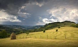 Valle verde de la montaña foto de archivo