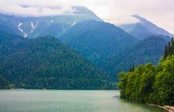 Valle verde de la montaña con un lago Foto de archivo