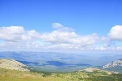 Valle verde de la montaña Silueta del hombre de negocios Cowering Imagen de archivo