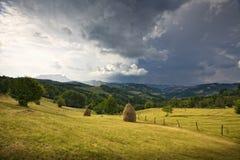 Valle verde de la montaña fotografía de archivo libre de regalías