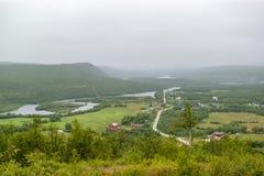 Valle verde de la niebla en Finnmark, Noruega imagen de archivo