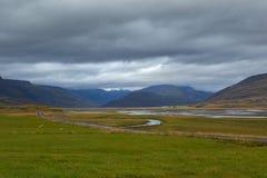 Valle verde y cielo cubierto en Islandia Imagen de archivo