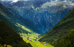 Valle y aldea en las montan@as suizas Fotos de archivo libres de regalías
