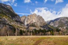 Valle y parte superior las cataratas de Yosemite de Yosemite Foto de archivo libre de regalías