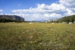 Valle y prado de la montaña Foto de archivo