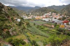 VALLEHERMOSO, ΛΑ GOMERA, ΙΣΠΑΝΊΑ: Γενική άποψη της κοιλάδας με τους terraced τομείς και τα βουνά Στοκ Εικόνα