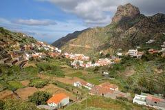 VALLEHERMOSO, ΛΑ GOMERA, ΙΣΠΑΝΊΑ: Γενική άποψη της κοιλάδας με τους terraced τομείς και Roque Cano στο υπόβαθρο Στοκ εικόνες με δικαίωμα ελεύθερης χρήσης