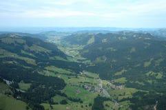 Vallei in Alpen in Zwitserland Royalty-vrije Stock Afbeeldingen