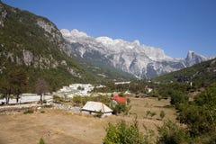 Vallei bij Albanese Alpen Royalty-vrije Stock Afbeelding