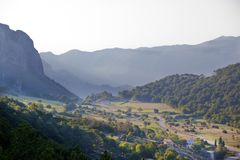Vallei in de bergen, heldere ochtendzon royalty-vrije stock foto