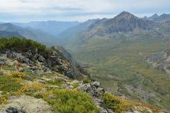 Vallei in de bergen met een hoogte van Barguzin-waaier op l Royalty-vrije Stock Foto
