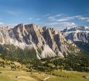 Vallei in de dolomietalpen Stock Foto