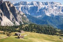 Vallei in de dolomietalpen Stock Fotografie