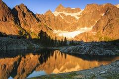 Vallei en bergen Stock Afbeeldingen