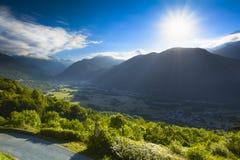 Vallei en piek van Pyrenean bergen met een blauwe hemel, Frankrijk royalty-vrije stock foto