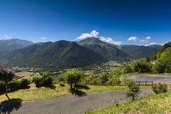 Vallei en piek van Pyrenean bergen met een blauwe hemel, Frankrijk royalty-vrije stock fotografie