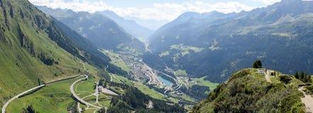 Vallei Leventina van de weg aan Gotthard Pass stock afbeeldingen