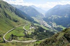 Vallei Leventina van de weg aan Gotthard Pass stock foto's