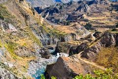 Vallei met een rivier in de herfst royalty-vrije stock fotografie