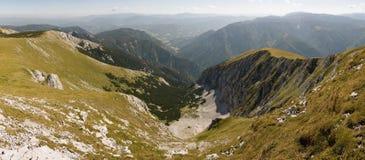 Vallei onderaan de schneebergheuvel Stock Foto