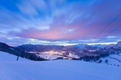 Vallei reutte bij de winternacht stock foto's