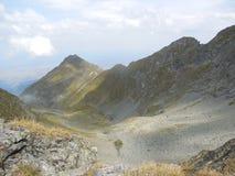 Vallei tussen bergen Royalty-vrije Stock Afbeeldingen