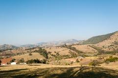 Vallei tussen de bergen Stock Afbeeldingen