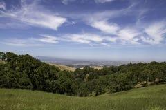 Vallei van bomen tegen blauwe bewolkte hemel Royalty-vrije Stock Afbeelding
