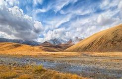 Vallei van de bergrivier op een zonnige dag Stock Afbeeldingen