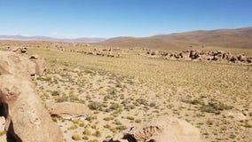 Vallei van de rotsen Valle DE Las Rocas in Altiplano van Bolivië dichtbij de zoute vlakten van Uyuni stock footage