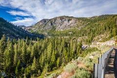 Valleihoogtepunt van pijnboombomen en een wachtspoor op de juiste hoek dicht bij Meer Tahoe royalty-vrije stock fotografie