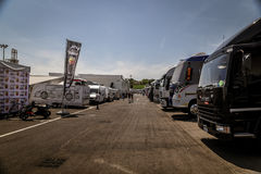 Vallelunga Rome, Italien Juni 24 2017 Lastbilar som parkeras i strömkrets Arkivbilder