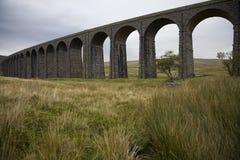 Valles Yorkshire Inglaterra de Ribble Yorkshire del río del viaducto de Ribblehead foto de archivo libre de regalías