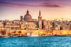 Valletta, Μάλτα: ορίζοντας από το λιμάνι Marsans στο ηλιοβασίλεμα στοκ εικόνα