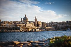 Valletta, Μάλτα: ορίζοντας από το λιμάνι Marsans στο ηλιοβασίλεμα στοκ εικόνες με δικαίωμα ελεύθερης χρήσης