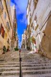 Valletta, Μάλτα: Περπάτημα της οδού με τη μακριά σκάλα Στοκ Εικόνα