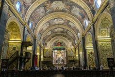 Valletta, Μάλτα - 4 Αυγούστου 2016: Τουρίστες μέσα στον κοβάλτιο-καθεδρικό ναό Αγίου Johns Στοκ Φωτογραφία